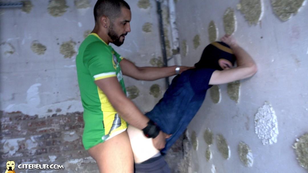 Tahar le beur gay de Citébeur baise sauvagement un jeune français gay
