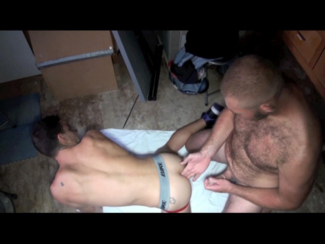 La pornstar JOSH MILK défoncé par bear poilu TBM