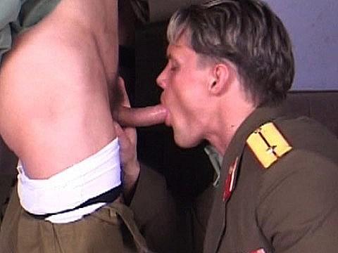 la surprise du beau gosse sous l uniforme-1