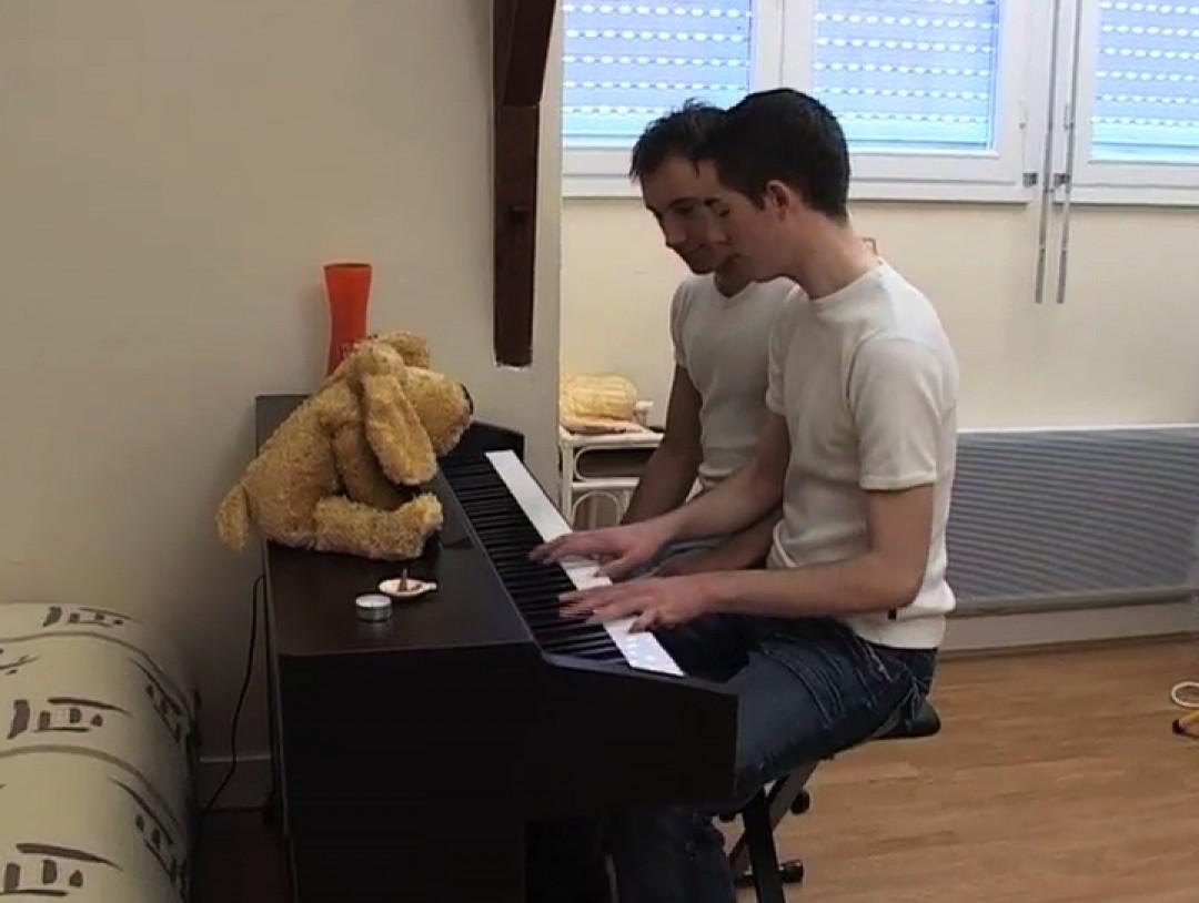 Un jeune pianiste gay en manque de cul