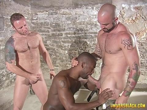 prisonnier black soumis a deux males virils-8