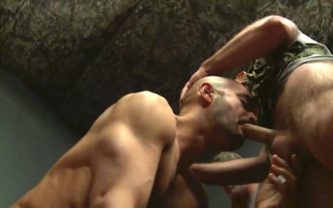 [Dragon] Partouze gay de daddies au camp militaire   Image 004