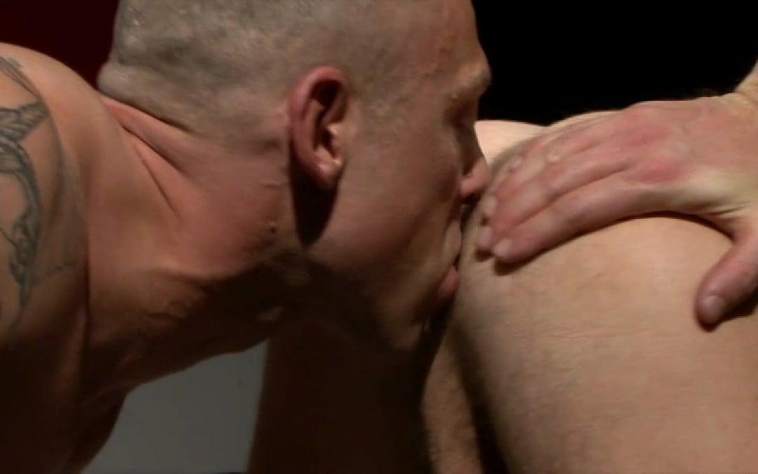 El luchador gay Alpha va a destruir su trasero
