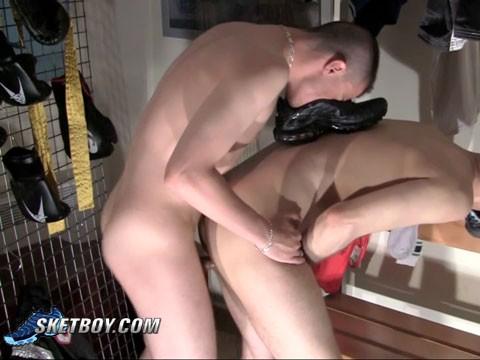 baise entre deux lascars dans les vestiaires 8