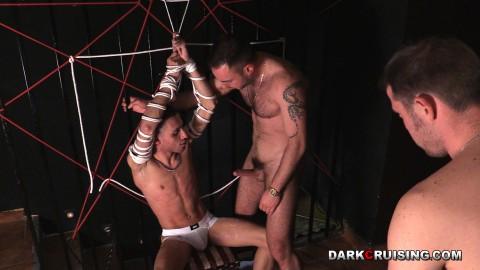 in der Öffentlichkeit gefesselt und schwulen Sklaven ausgesetzt
