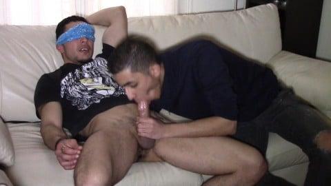 Un beau rebeu hétéro se fait sucer par un mec les yeux bandés