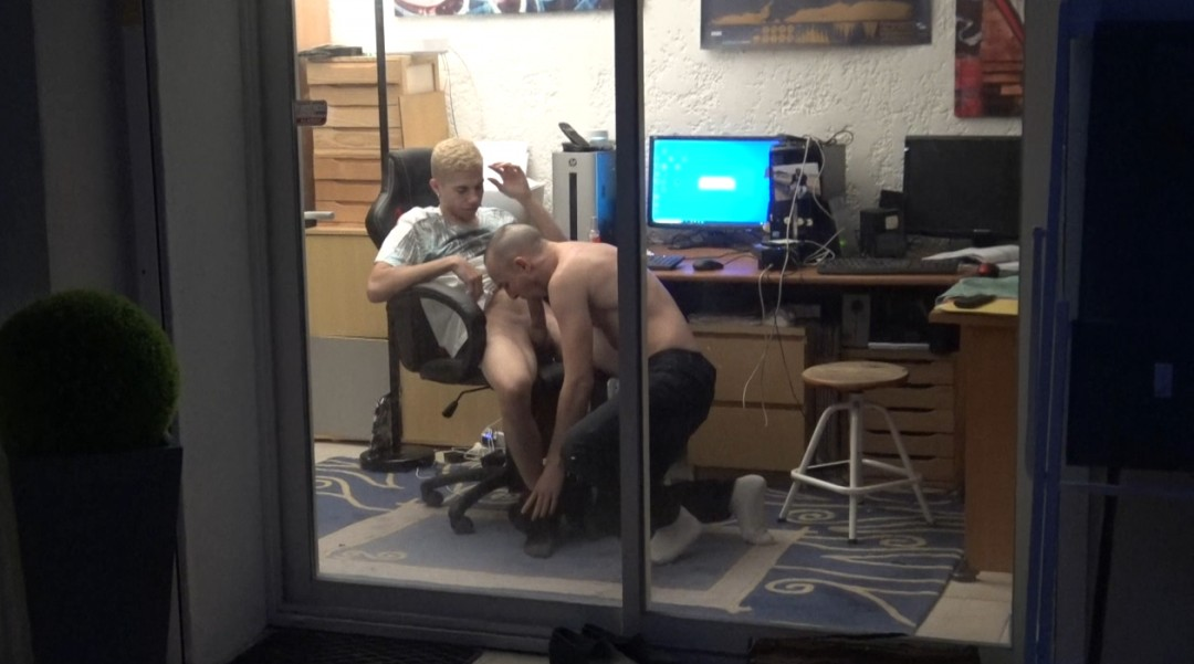 Deux jeunes stagiaires baisent au lieu de bosser et se font surprendre