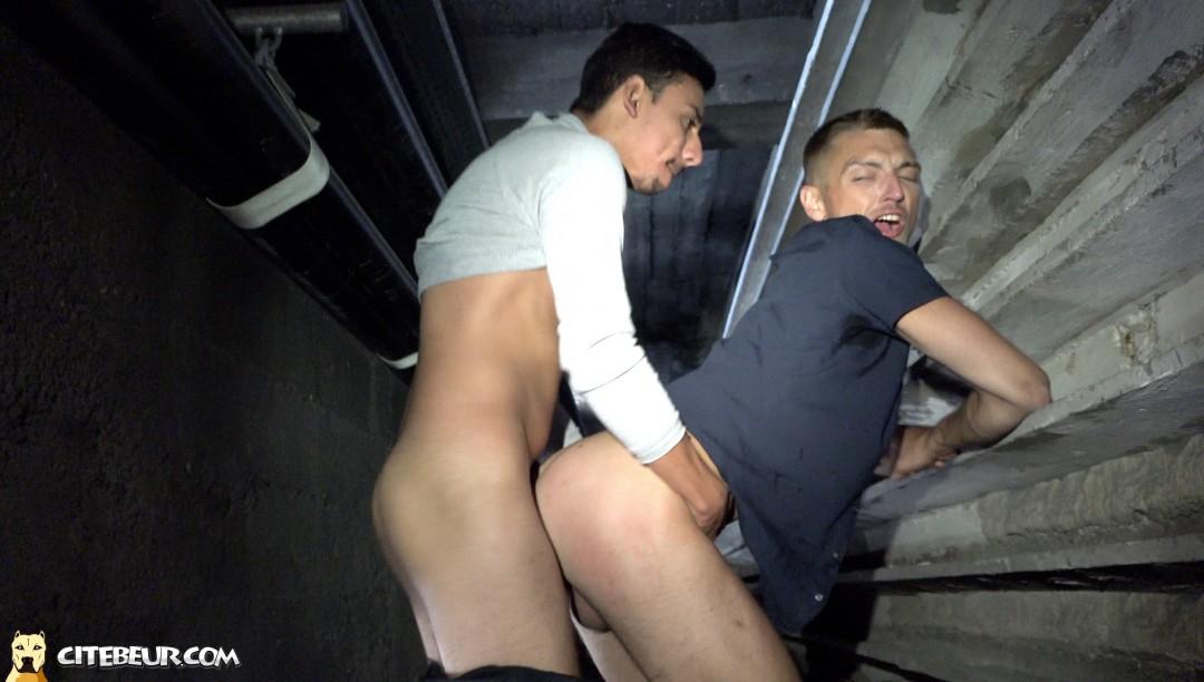 Etalon et Roman Tik dansune video gay beur de Citebeur tournée au sous-sol d'une cité