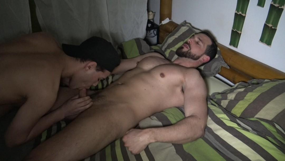 Brandon le minet vient vider les couilles d?Enzo Rimenez au réveil