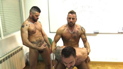 Prof gay agressé et dominé par ses élèves pervers
