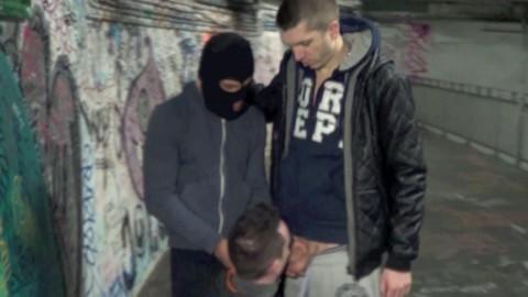 Pris au piège par 2 lascars dans une bouche de métro PISSE et JUS