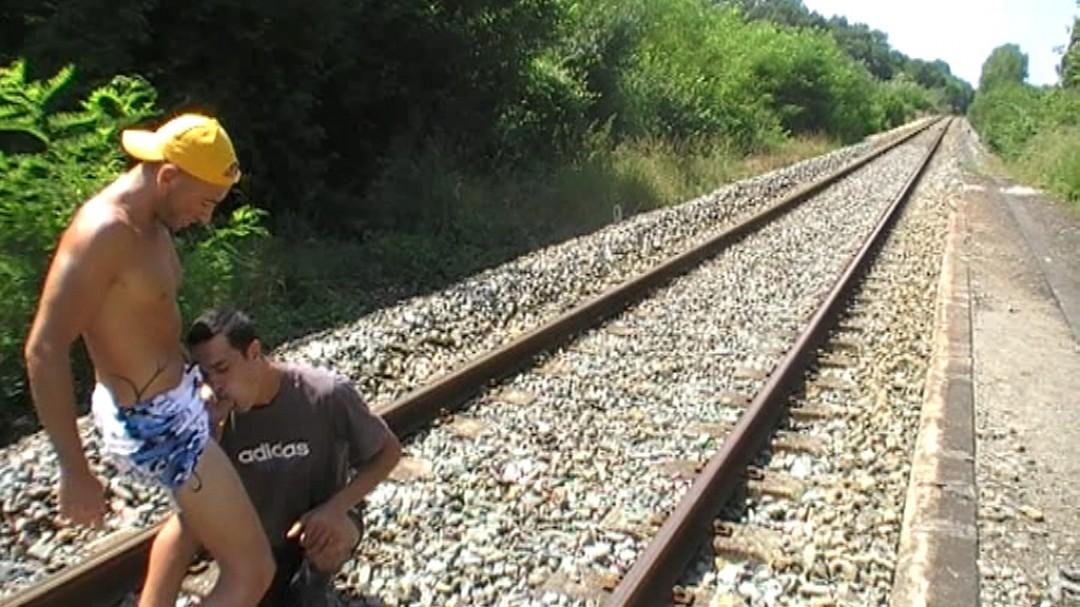 Cheminot baisé sur une voie ferrée