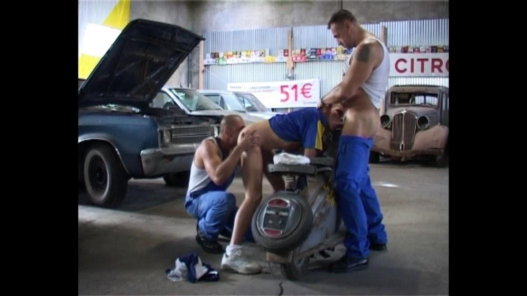 Minet baisé par deux garagistes