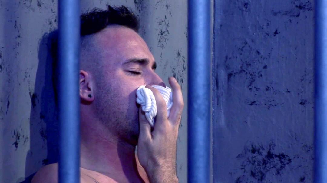 Im Gefängnis und schrecklich in Not