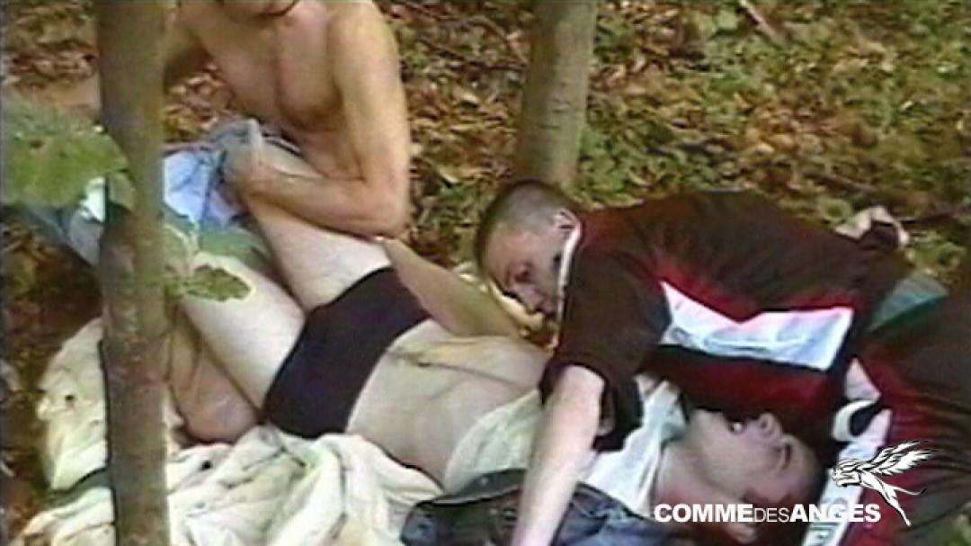 Jeune voleur contraint de se soumettre à 2 teubs gays