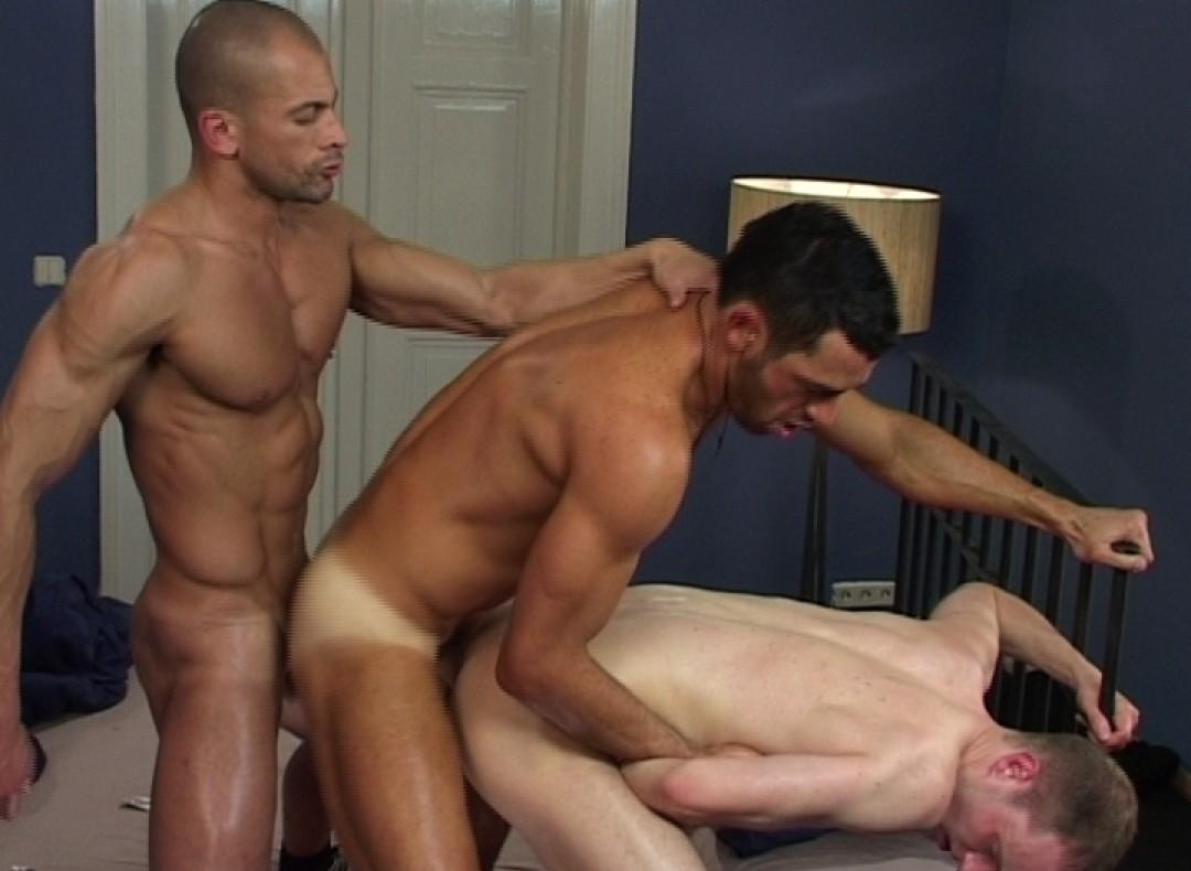 L'esclave sexuel des colocs machos