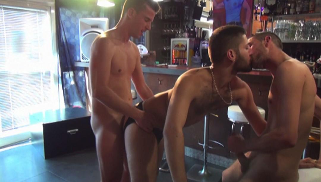 Un barman aux petits soins - partie 2