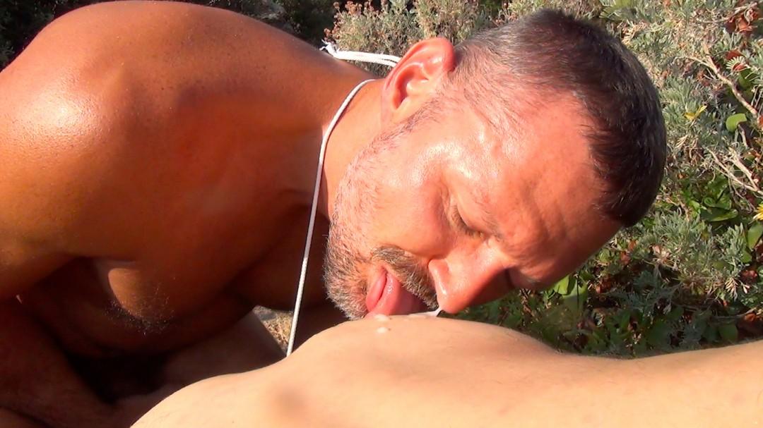 Jeune sauveteur se fait péter le cul par un collègue macho dans les calanques
