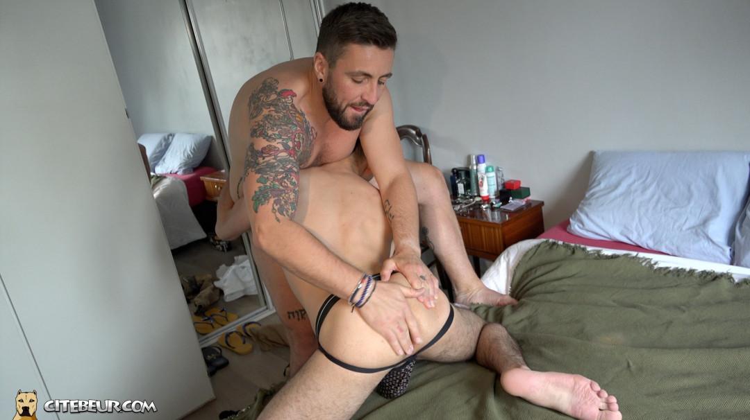 Mathieu Ferhati palpe le cul gay