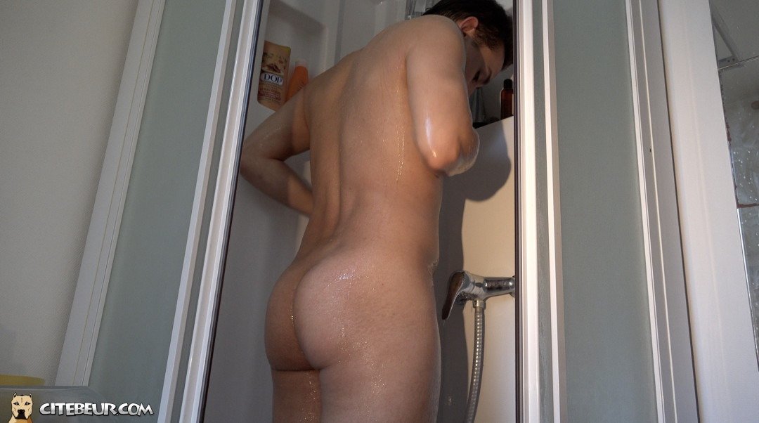 Sexy Portuguese shows his beautiful bulging ass