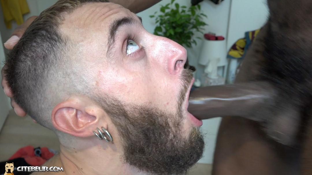 gay soumis suce en gorge profonde une grosse bite de black