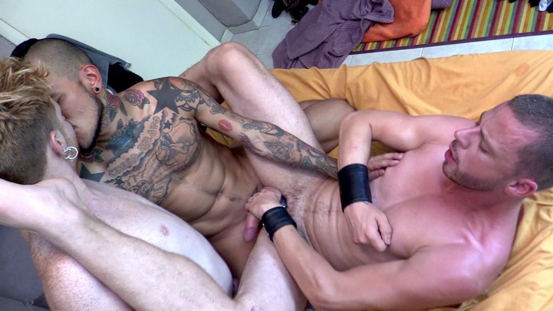 trio-de-baise-avec-latino-pornstar-bravo-fucker-127