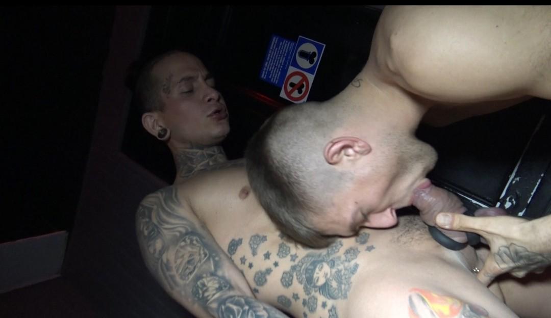 Plan bareback versatile avec ROMAN Tik et un très beau mec tatouté