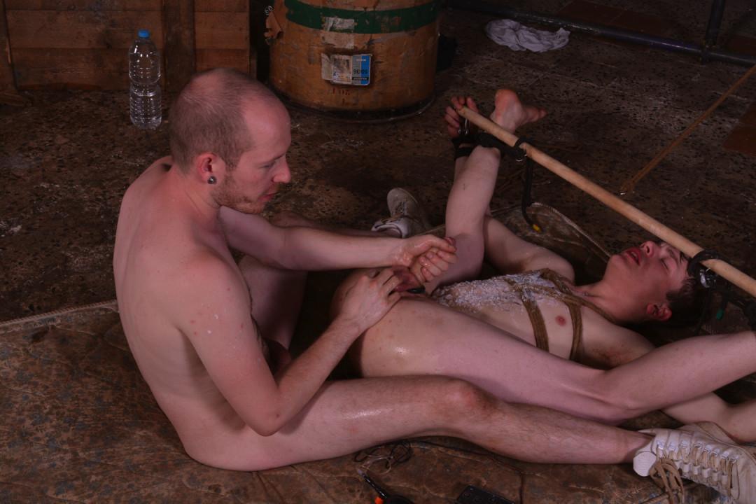 让他的同性恋双胞胎奴隶疯狂