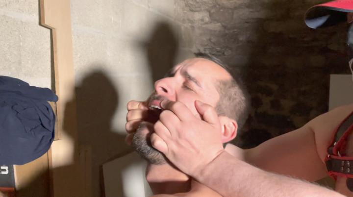 Max pompe à jus d'un master bear dans une cave sordide