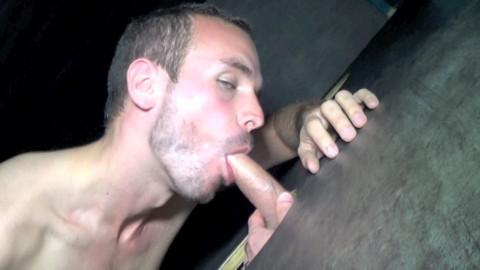 Beau mec bisexuel suce une grosse queue dans les glory holes