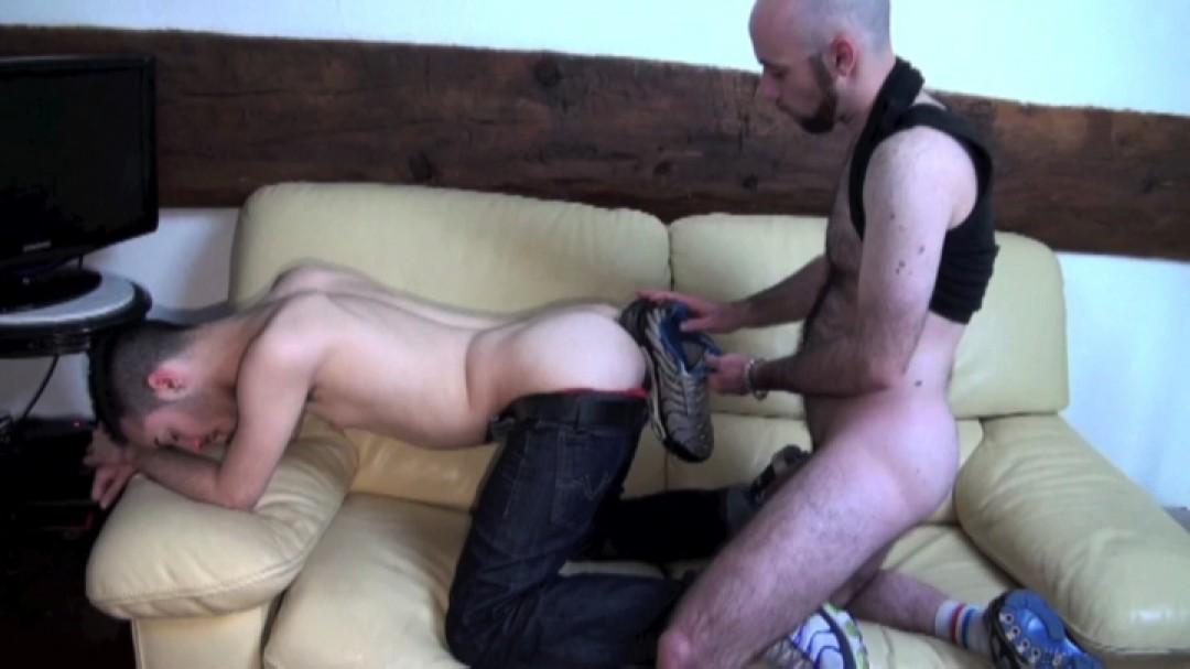 Ce dont a besoin le minet : être aux pieds d'un mec domi gay
