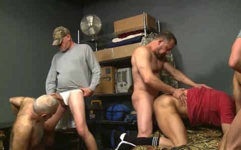 [Dragon] Partouze gay de daddies au camp militaire   Image 001