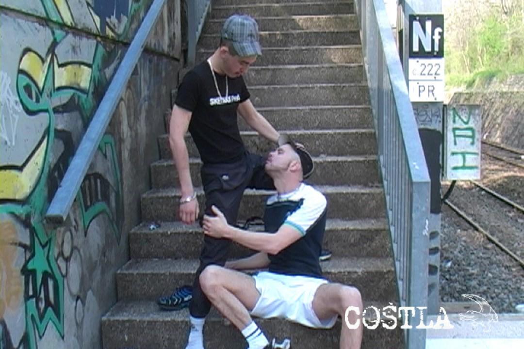 Deux kiffeurs exhibes baisent près du RER