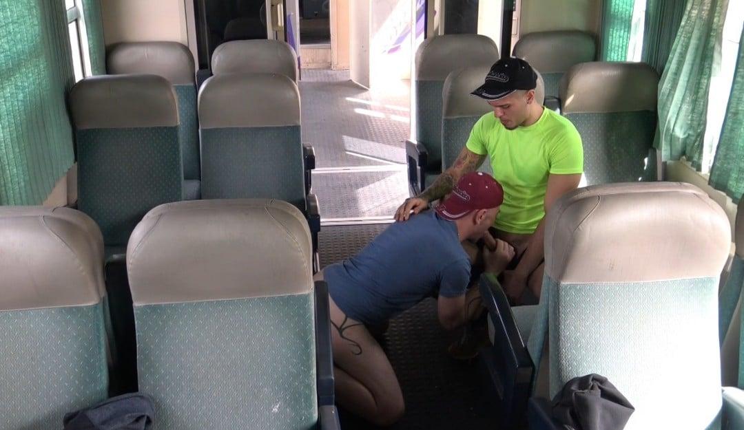 Jess baisé et dosé par un rebeu hétéro dans un train public