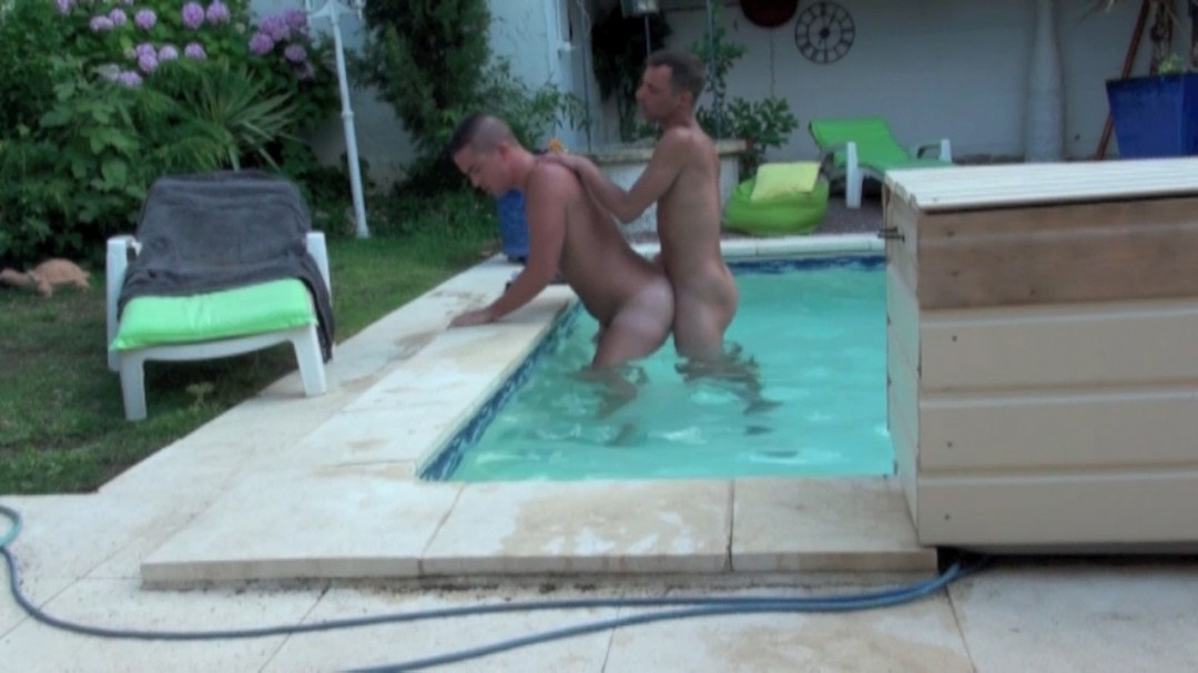 ANTHONY CRUZ baise Fabriccio chez moi dans ma piscine