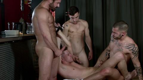 Salope baisée à tour de rôles par 3 mecs
