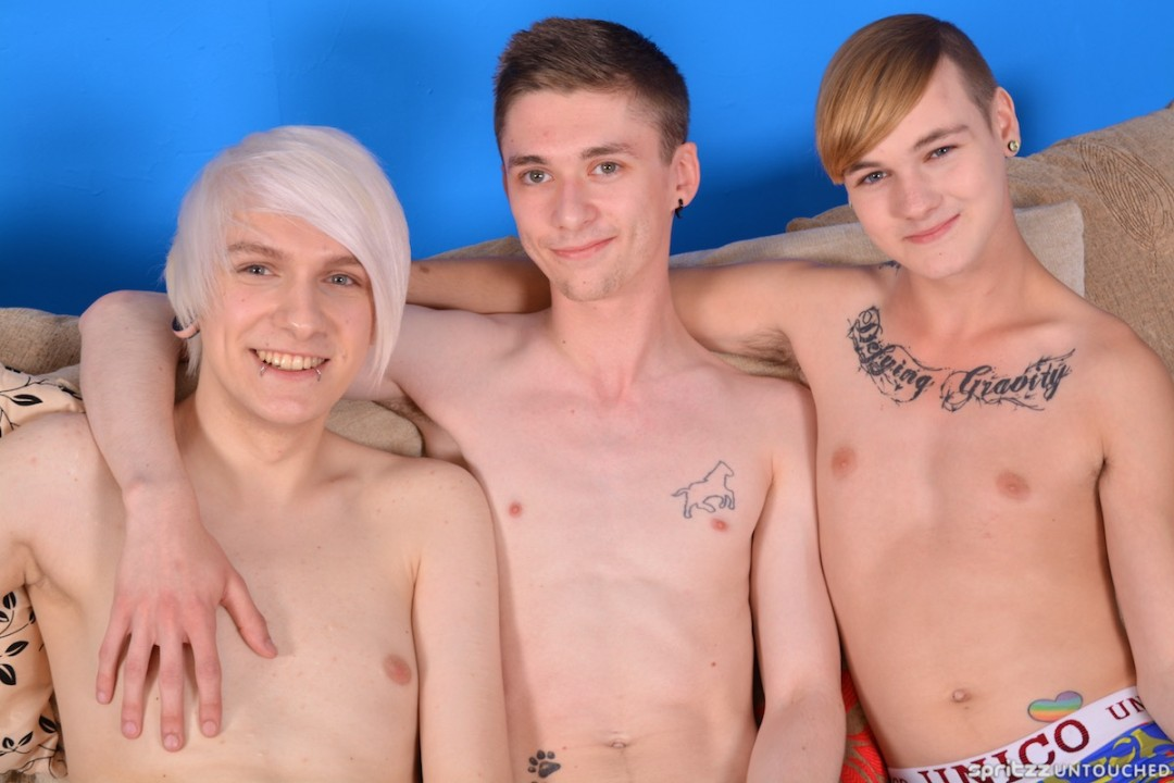 Fuck Heroes ? Twinks go for a Wild Threesome