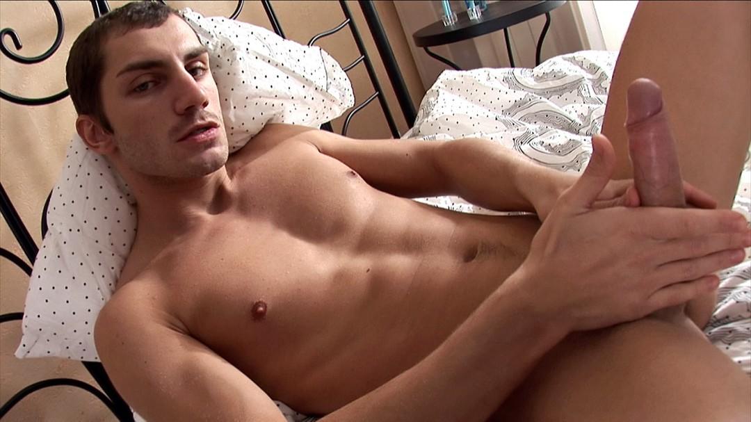 TOMMY l'hétéro s'exhibe sur son lit