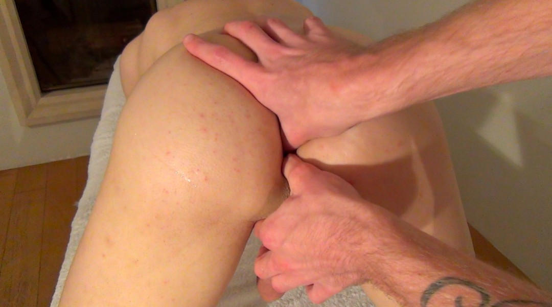 Masseur subjected to the big cock of Guillaume Wayne