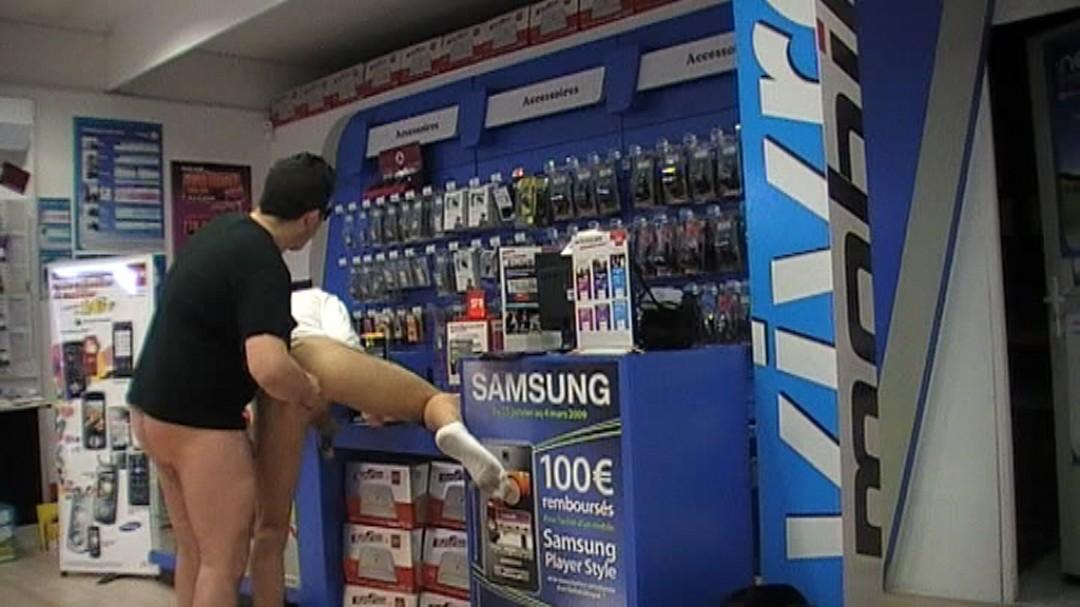 baise dans un magasin de téléphonie mobile