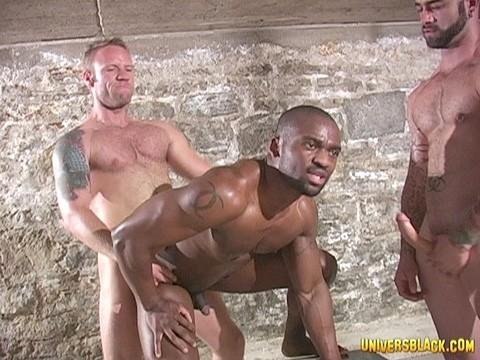 prisonnier black soumis a deux males virils-15