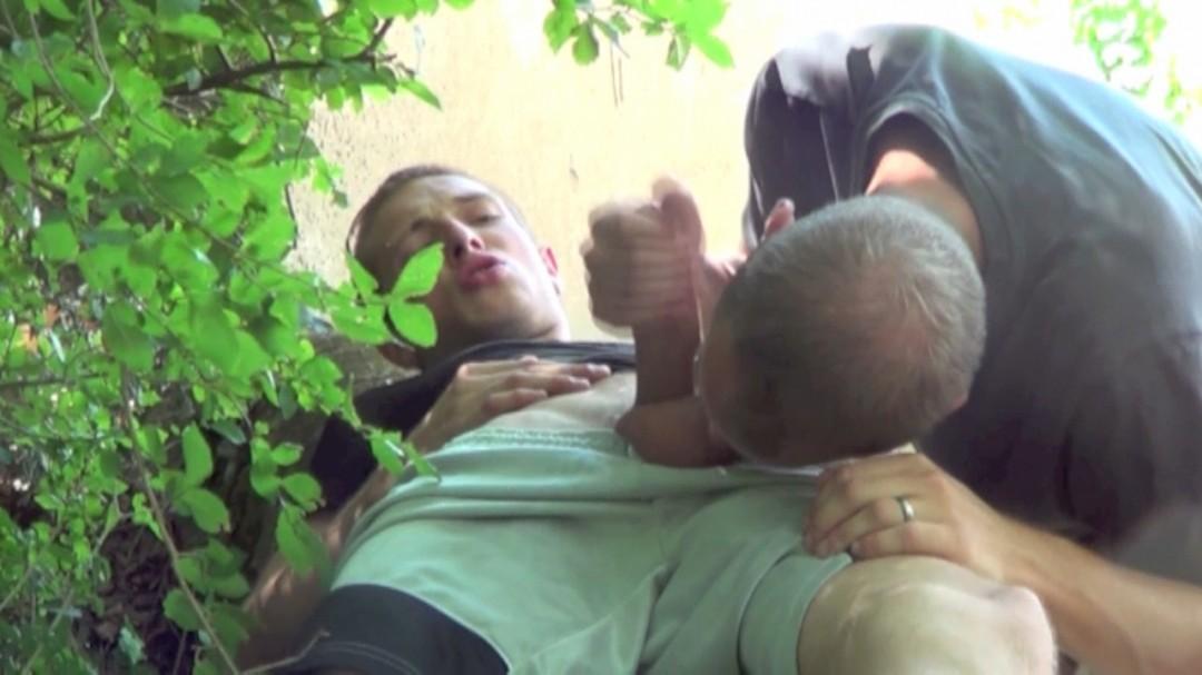 Rodeur de 45 ans qui matte deux jeunes minets baiser