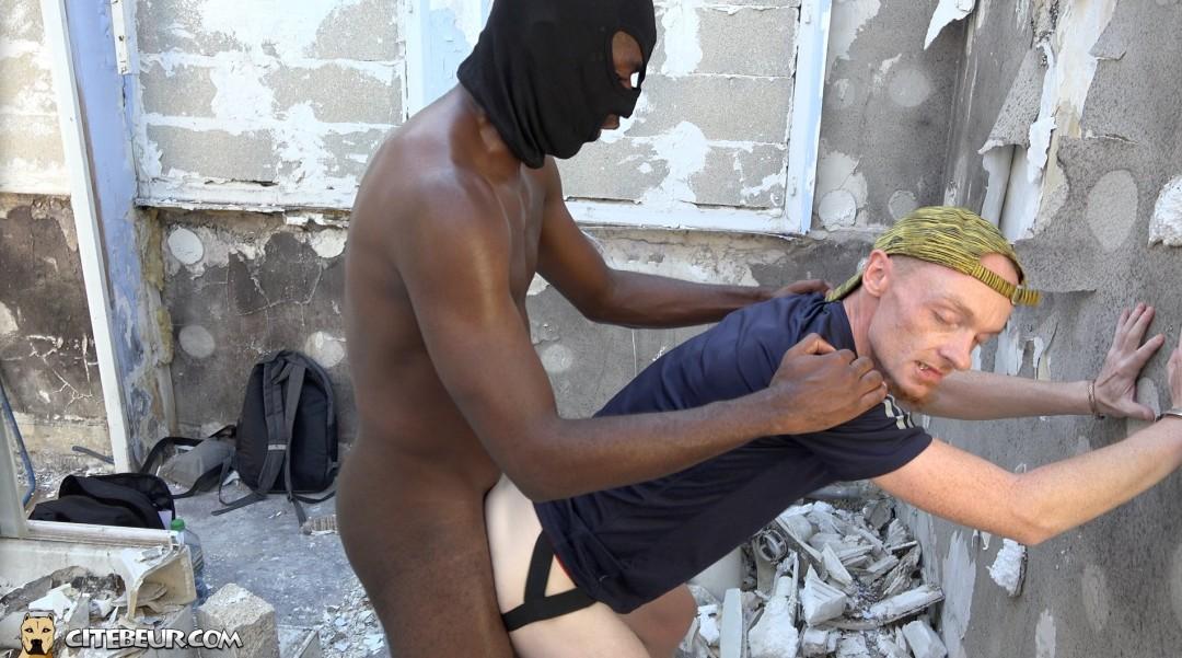 Blanc passif soumi se fait baiser le cul par une grosse queue de black de cité