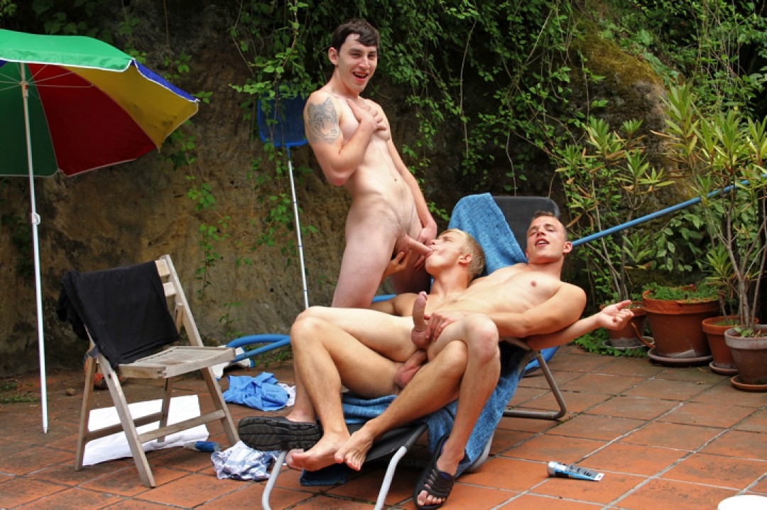 Three Muscle Twinks Have Spontaneous Bareback Orgy