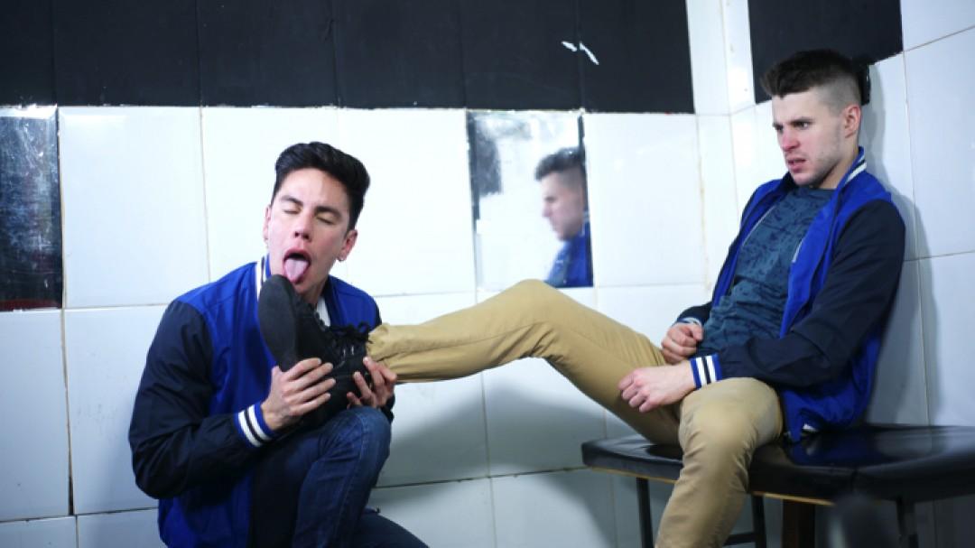 Les étudiants gays pervers défoncent leur prof en gang bang
