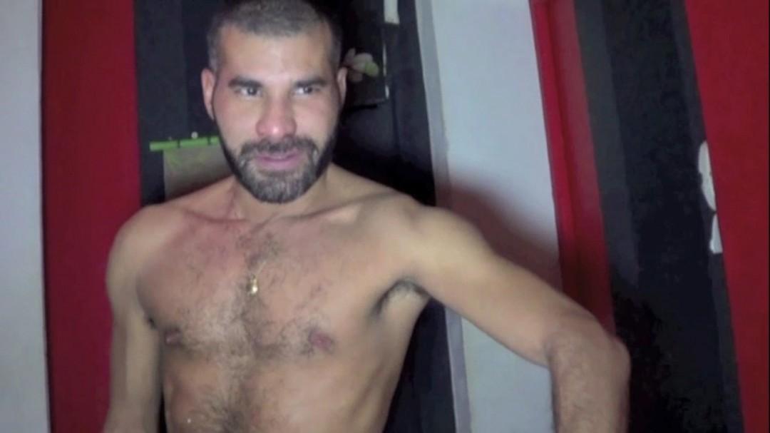 Un mec musclé baisé no taboo durant le massage de sauna