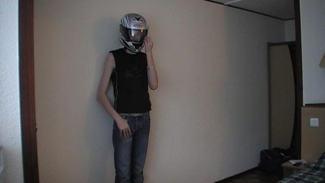 Baisé par un motard à son hôtel