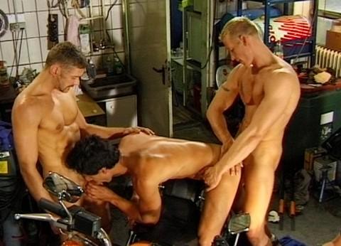 l7204-cazzo-gay-sex-porn-hard-berlin-germany-allemagne-lwechsel-oil-change-013