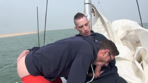 NICK SPEARS se fait baiser sur un bateau en pleine mer EXHIB