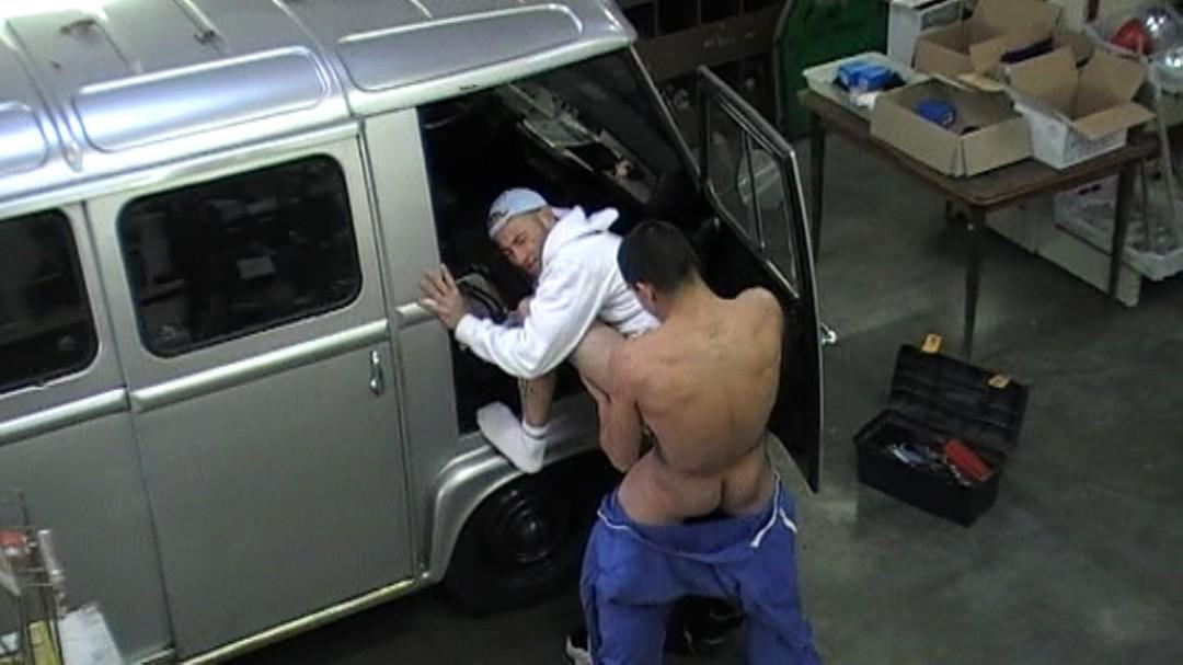baisé par le mécano dans son garage